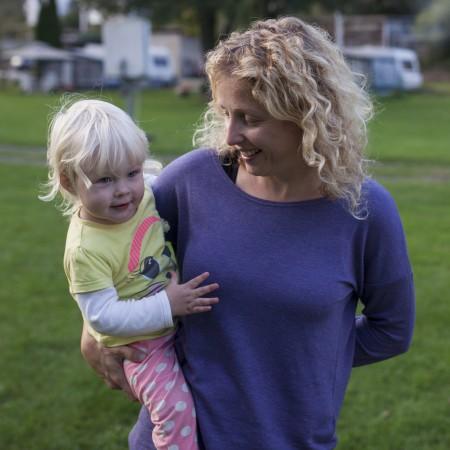 Femke met dochter Lena op de arm