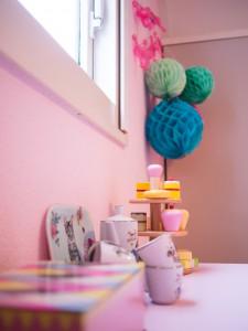roze kastje met serviesje eroproze kastje met serviesje erop