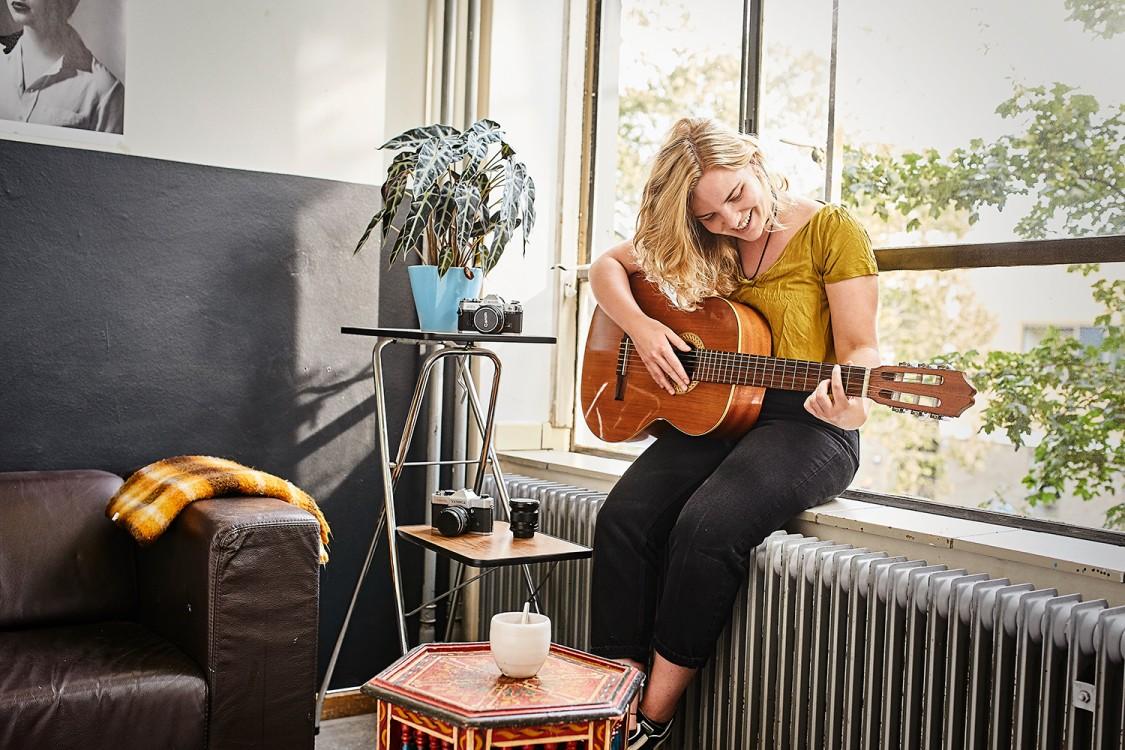 dame speelt op de gitaar